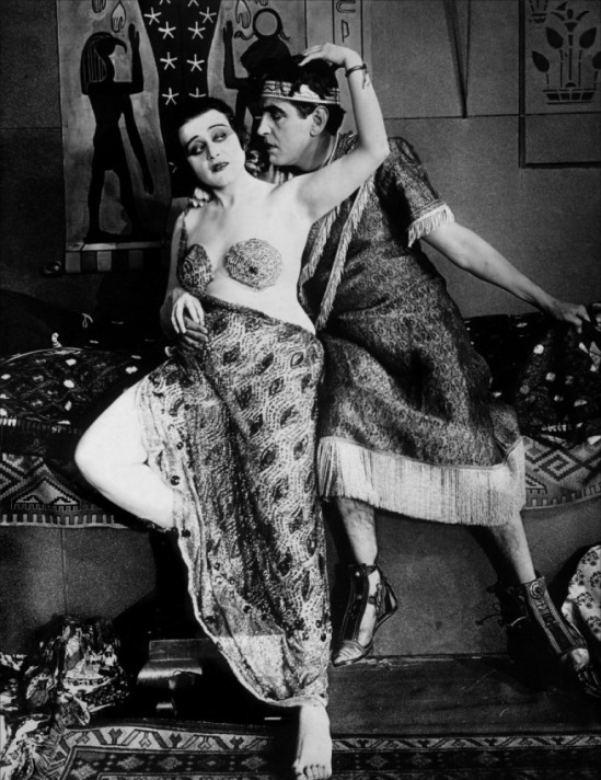 Theda_Bara-Thurston_Hall_in_Cleopatra