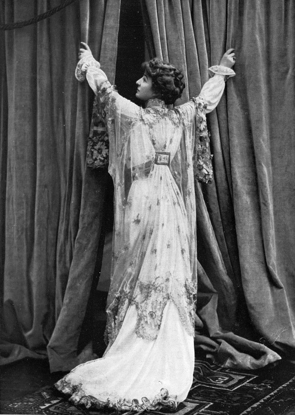 tea-gown_par_redfern_1907_cropped