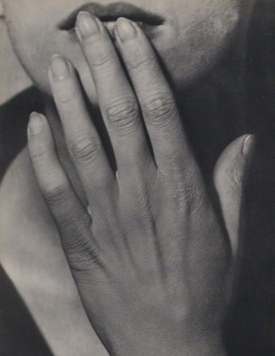 lee-miller-hand-1929-man-ray-1368307757_b