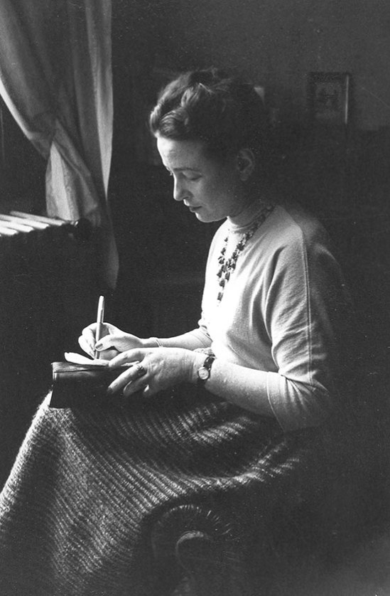 Simone_de_Bauvoir_the_day_of_the_Prix_Goncourt_next_to_a_window_writing_Paris_1952