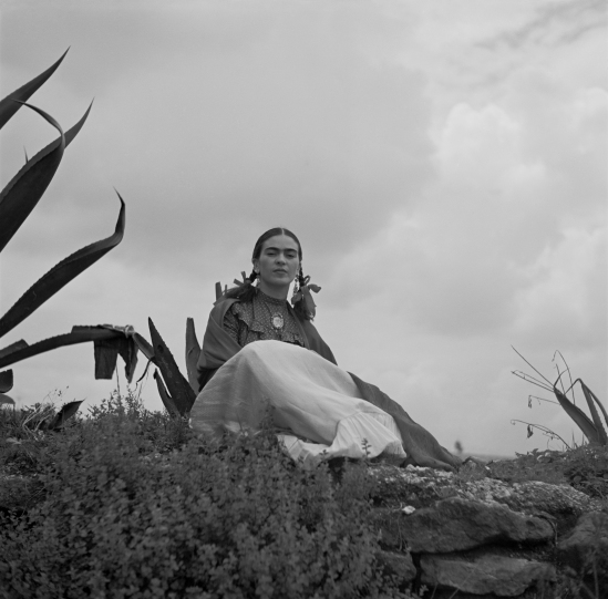 Toni_Frissell_-_Frida_Kahlo,_seated_next_to_an_agave