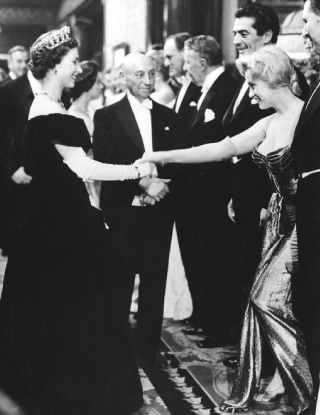 Marilyn-Monroe-meets-Queen-Elizabeth-II-London-1956-queen-elizabeth-ii-33199014-454-589