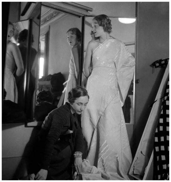 Germaine Krebs (1903-1993) dite Alix puis Madame Grès, créant une robe du soir pour Macy's. Paris, août 1933.