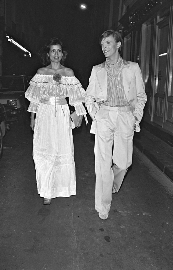 ARCHIVES - BIANCA JAGGER ET DAVID BOWIE SORTANT D' UNE SOIREE A PARIS