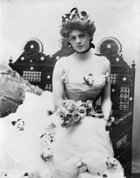 Ethel_Barrymore,_three-quarter_length_portrait,_seated,_facing_front