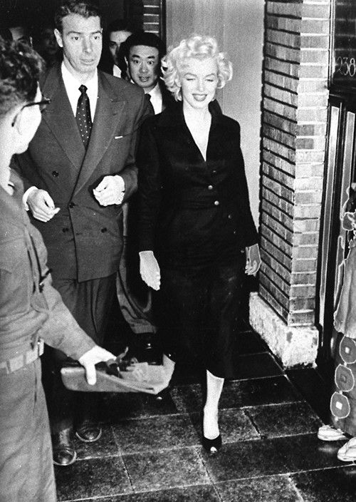 Picture must be credited ©Alphafrance 02/1954 Legendary movie star Marilyn Monroe (R) and former major-league player Joe DiMaggio arrive at the Imperial Hotel in Tokyo's Uchisaiwaicho district. They come to Japan for their honeymoon. The photo was taken in February 1954. Tokyo , Japan