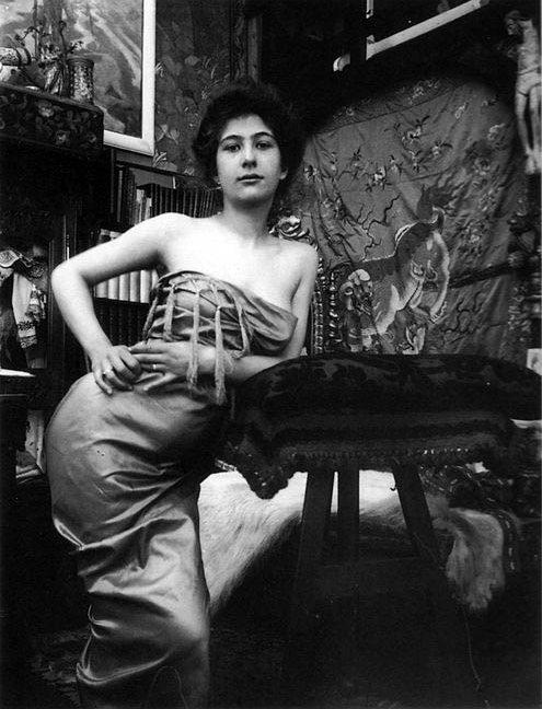 03 c1900 Portrait of a Lady photographic study in Mucha's studio, Rue du Val de Grâce, Paris © Mucha Trust