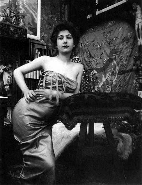 03 c1900 Portrait of a Lady photographic study in Mucha's studio, Rue du Val de Grâce, Paris © Mucha Trust