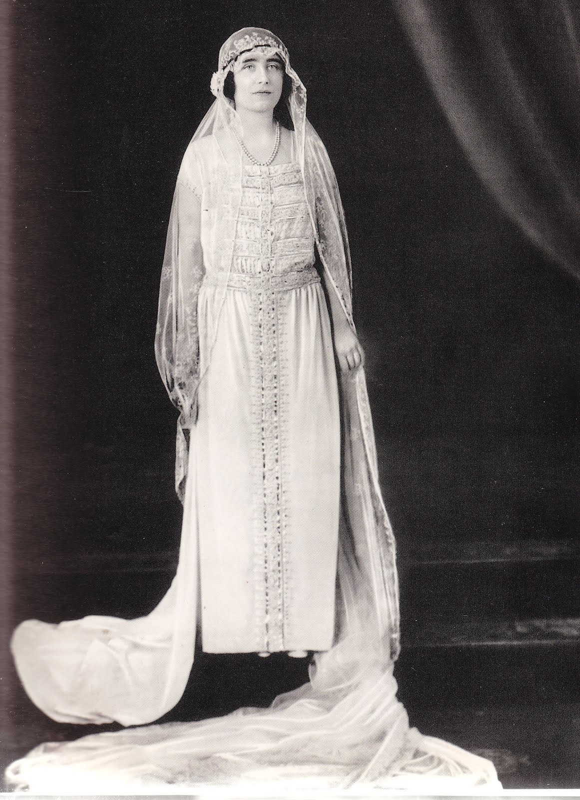 The royal bridal gown of queen elizabeth nee bowes lyon for Wedding dresses for mothers