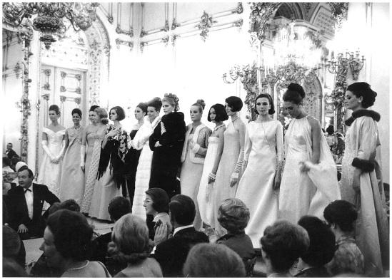 catwalk-show-at-palazzo-pittis-sala-bianca-firenze-1964-archivio-veneziani