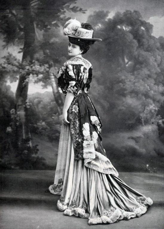 robe_princesse_par_redfern_1906_cropped