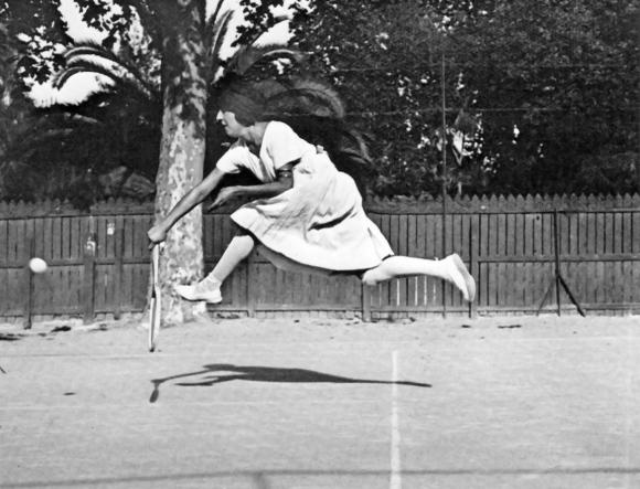 001-jacques-henri-lartigue-suzane-lenglen-nice-1921-theredlist