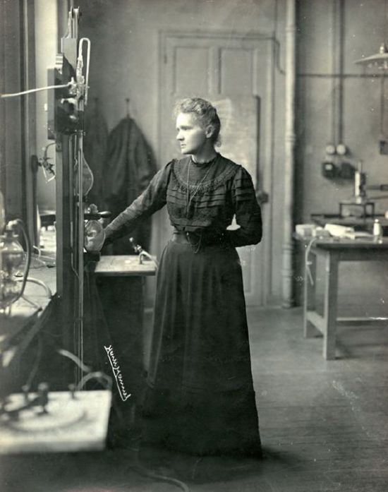 Marie_Curie_dans_son_laboratoire,_1912