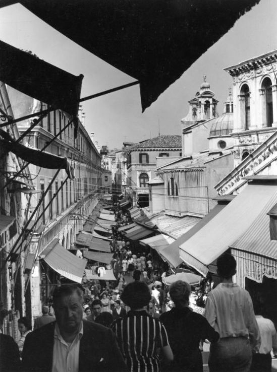 MARKET-FROM-THE-RIALTO-BRIDGE-VENICE-1961-by-EDWIN-SMITH-C29558