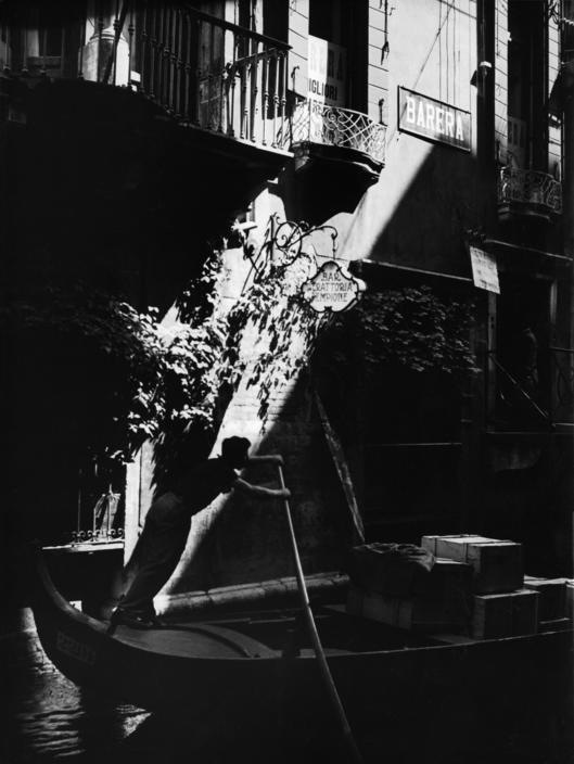 ITALY. Venice. Gondolier. 1933. M-IT-VEN-002