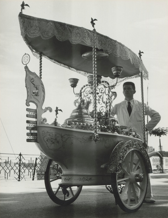 ITALY. Venice. Icecream Seller. 1933. M-IT-VEN-005A