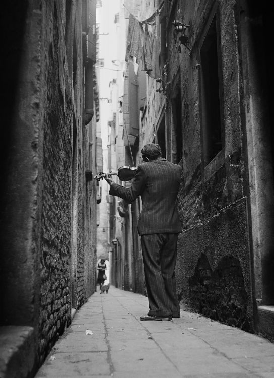 the-violinist-venice-italy-1974-by-tony-vaccaro-BHC3332