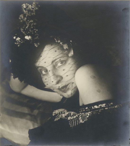 Gertrud-Arndt_Maskenfoto_Nr19_1930_copyright-VG-Bild-Kunst-Bonn-916x1024
